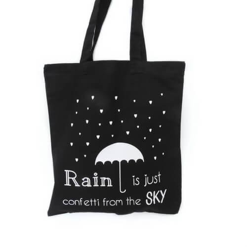 zwarte shopper met tekst Rain is just confetti from the sky