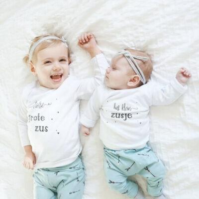 lief klein zusje en trotse grote zus twinning zusjes